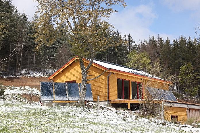 Maison ossature bois, paille, enduits terre, solaire thermique passif et actif
