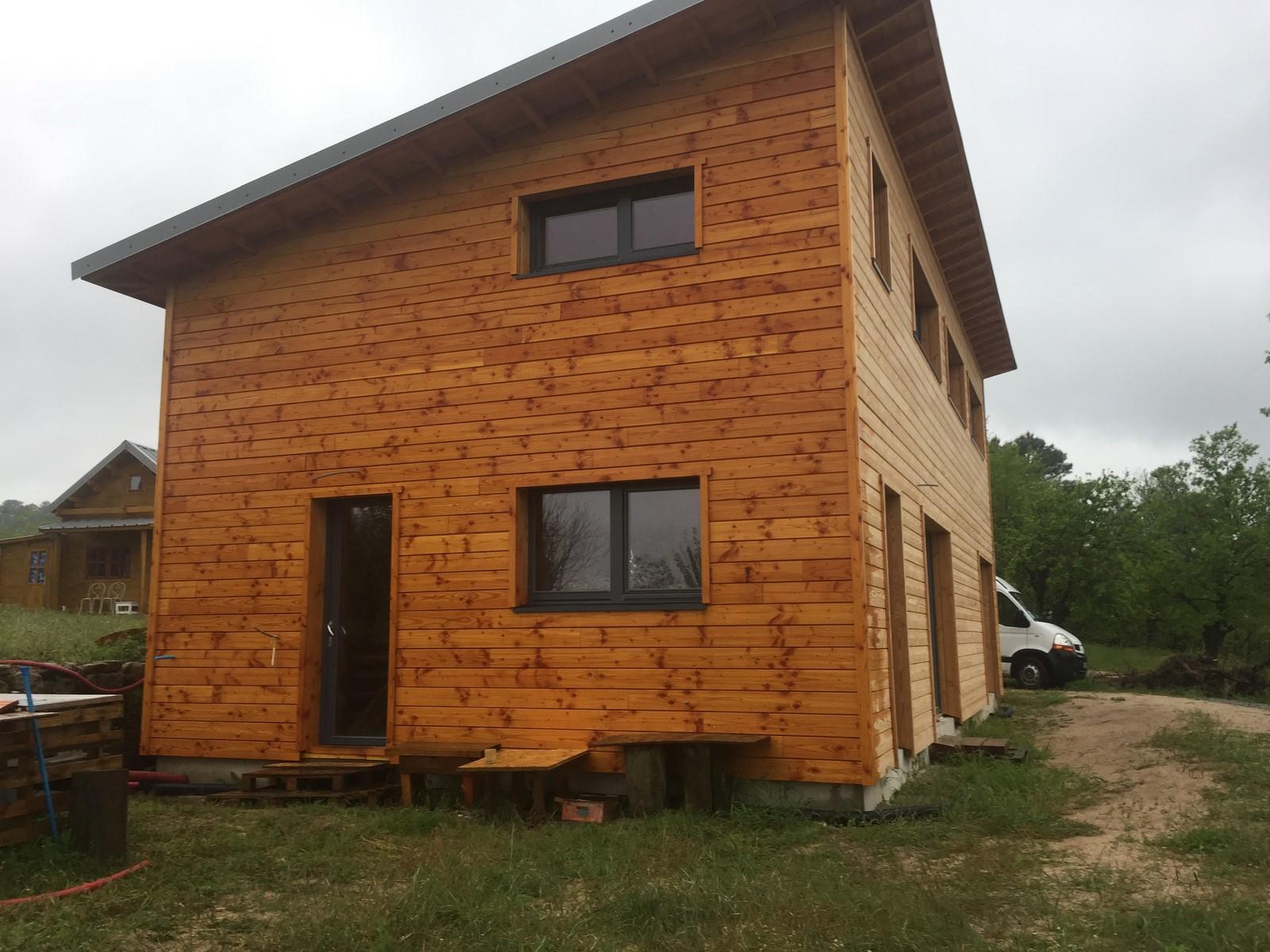 Poursuite de la construction : pose de voliges, terrasse en bois, électricité,...